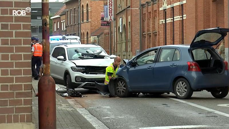 Twee auto's botsen frontaal op elkaar in Rotselaar